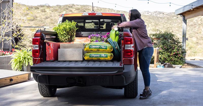 貨斗周邊上緣包覆上防刮塑料材質,便於車主自左右兩側直接放取物品。