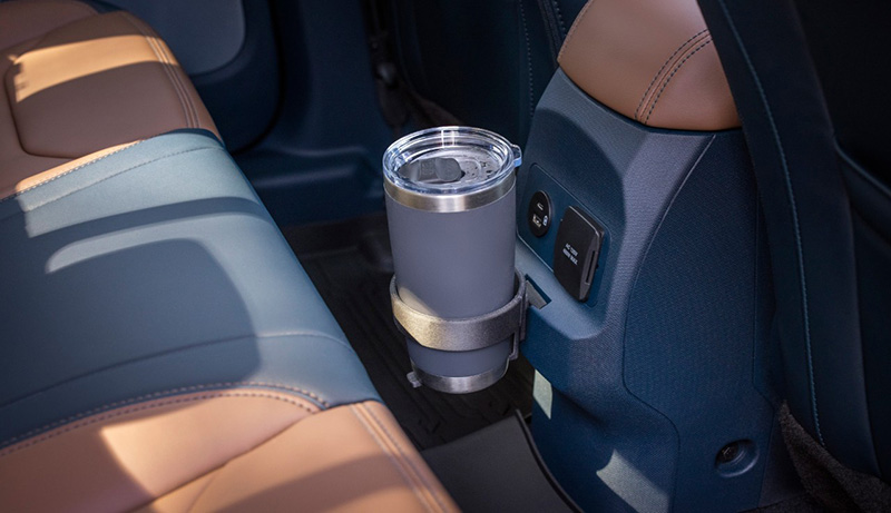 前中央鞍座後端設計有FITS插槽,可依需求插置杯架、儲物箱、垃圾桶或食物袋、雙掛勾等外掛配件。