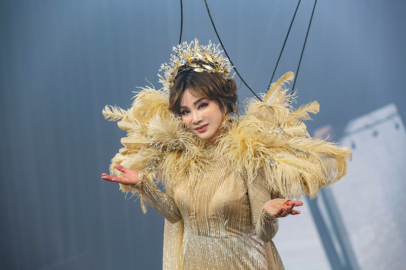 【車勢星聞】陳美鳳為了《黃金歲月》吊鋼絲10小時重現秀場風華。(圖:民視提供)