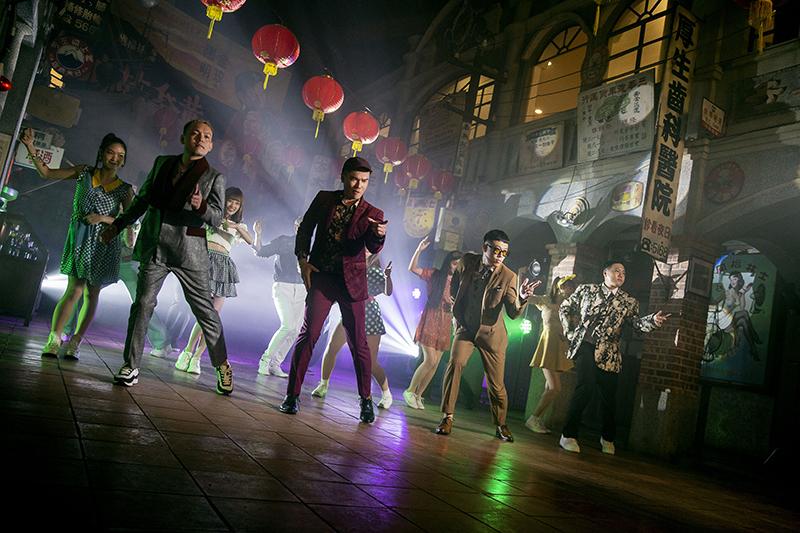 【車勢星聞】陳布朗(右二)攜玖壹壹打造台式復古舞曲《恰查某》。(圖:相信音樂提供)