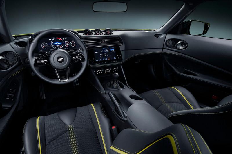 座艙設計配置數位儀表與大尺寸中控螢幕。
