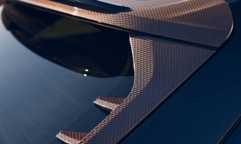 下擾流、後檔與側裙等處也配置碳纖維飾板。
