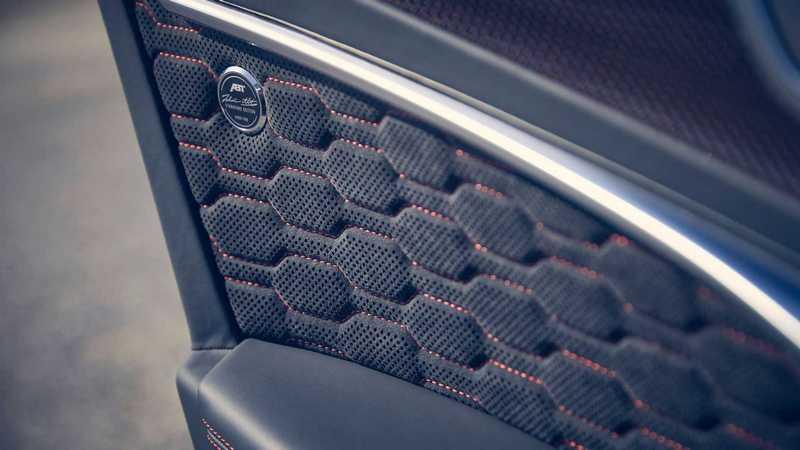 車室也配有簽名紀念徽飾與門檻踏板。