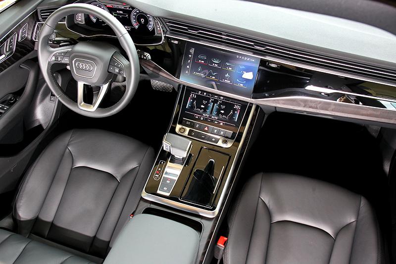 配置三螢幕建構出科技味十足的虛擬座艙。