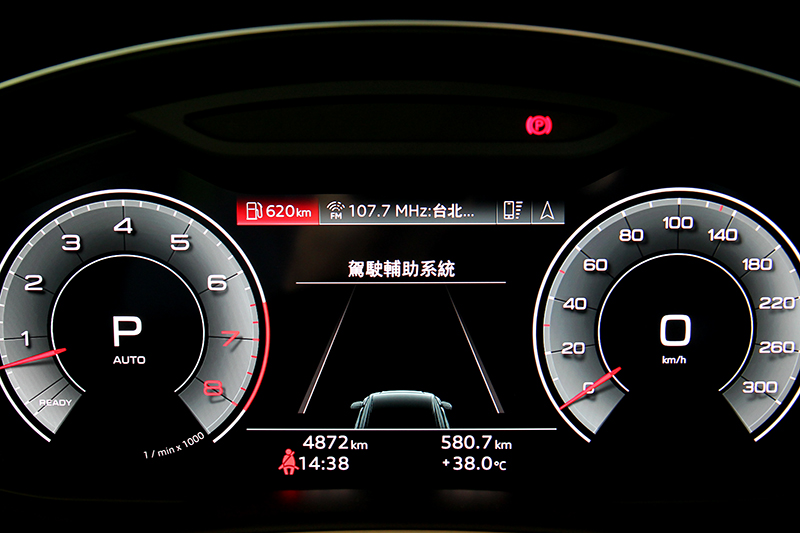 12.3吋數位儀表不僅資訊豐富也有多種顯示介面。