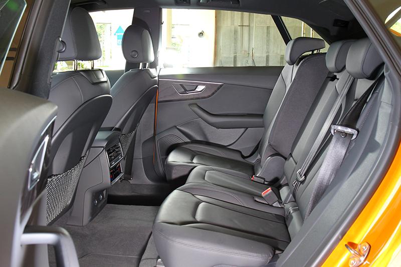 後座在前後可移、椅背可調、後座雙區恆溫、2,995mm軸距等助益下擁有舒適的乘坐感受。