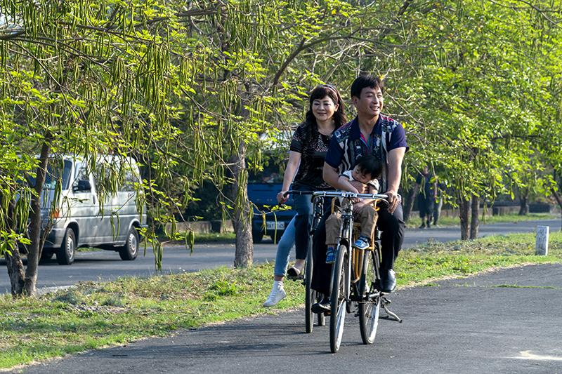 【車勢星聞】《黃金歲月》王彩樺、王中平全家幸福騎單車,畫面唯美:其實才剛「犁田」摔車。(圖:民視提供)