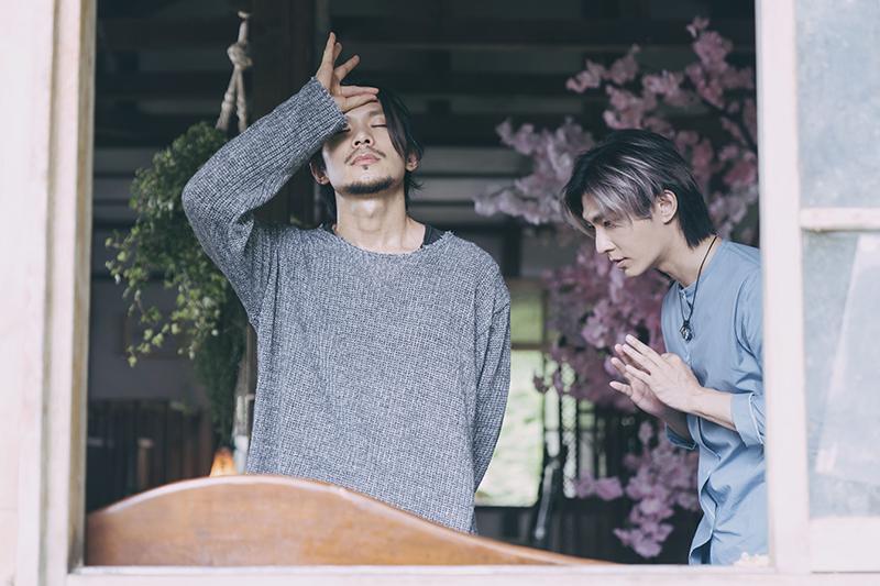 【車勢星聞】姚淳耀(左)在《我願意》飾演邪教教主,炎亞綸是他信徒之一。(圖:絡思本娛樂製作公司提供)