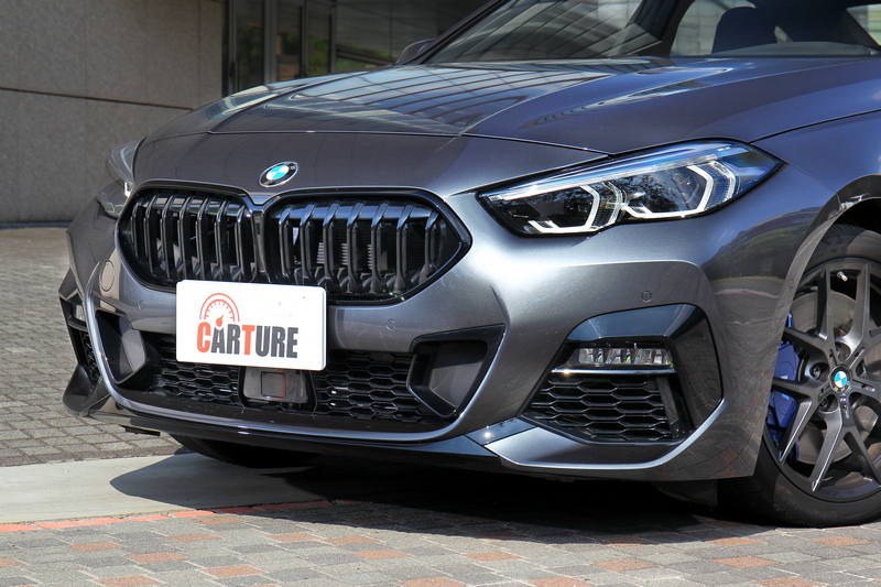 由寬扁頭燈組而來的銳利眼神與下氣壩M款空力套件妝點,盡顯BMW式的渾然天成律動基因。