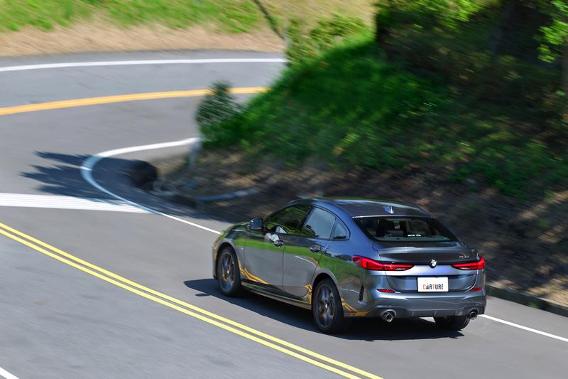 實際駕馭便能發覺220i Edition M的加速極其明快澎湃,彎中協調度與餘裕更是令駕者大呼過癮。