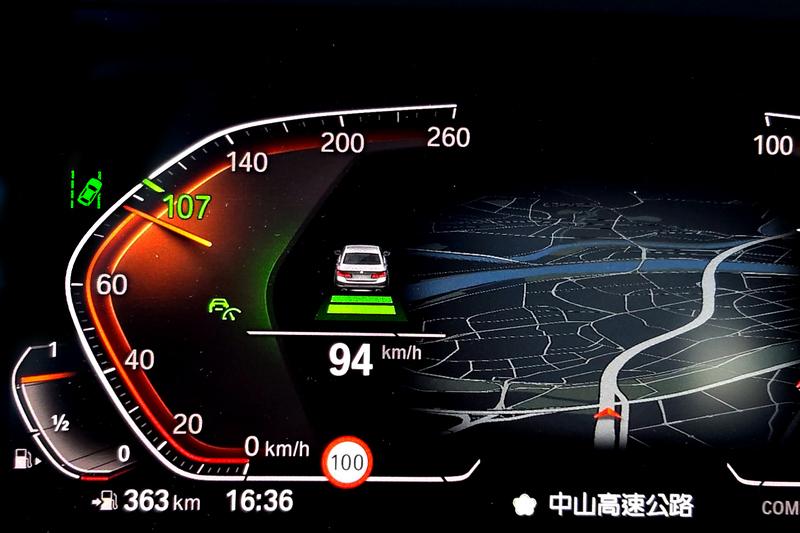 透過10.25吋虛擬數位儀錶,因而得以顯示豐富多元行車資訊,駕駛者無需轉移視線一切訊息即唾手可得。