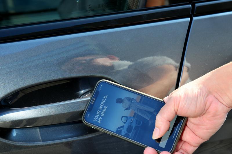 BMW專屬的iPhone手機數位鑰匙不僅用手機即能解鎖上鎖,至多更可傳遞給5位親友使用。