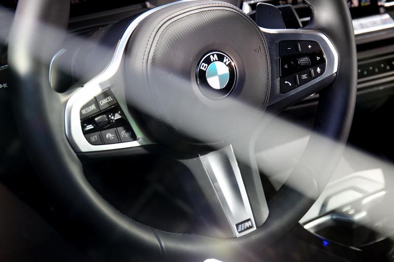 手握BMW加上M字銘牌的方向盤,簡直夫復何求。