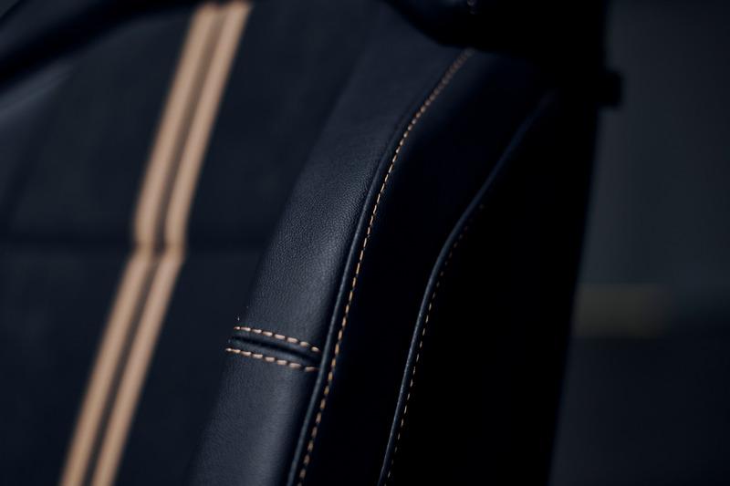 座椅、車門飾板等細節採用金色縫線。