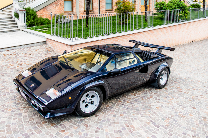 1974年亮相的Countach擁有雋永不滅的簡銳車身線條及超現實的鍘刀式車門。