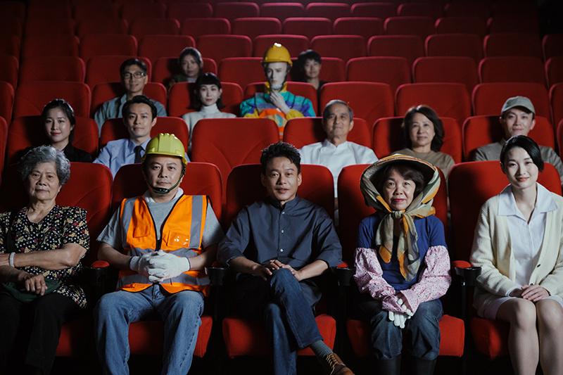 【車勢星聞】眾多勞工與李康生(右前三)一起坐進影廳,盼迎來更多與勞工相關的影視作品。(圖:電影戲劇業職業工會提供)