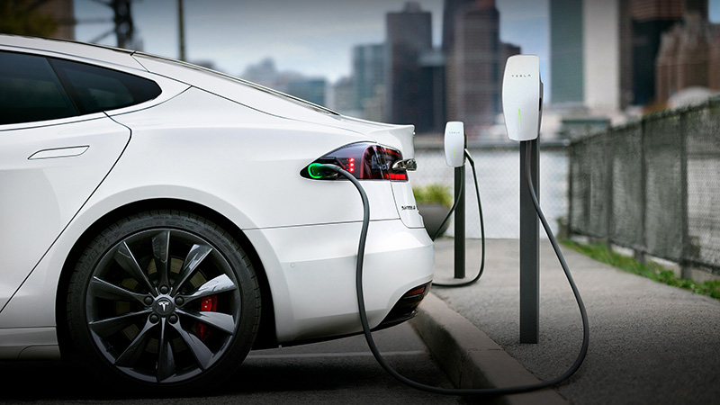 倘若只能銷售純電動車,充電設備與車輛續航表現都須完備才行。