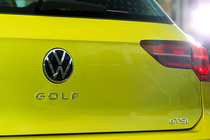 Golf銘牌也移至廠徽下方。