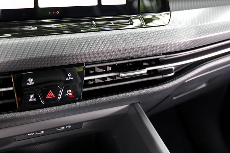中控台處僅有規劃空調、駕駛模式、智慧駕駛輔助等設定按鍵。
