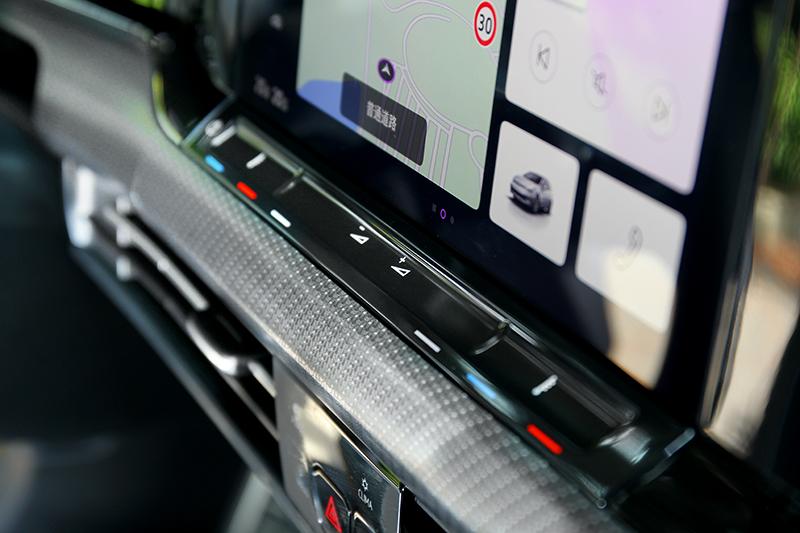 空調溫度與音量於中控螢幕下方採類觸控調整。