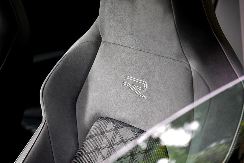 280 eTSI R-Line車型配備類麂皮/織布跑車座椅,視覺與包覆感都讓人滿足。