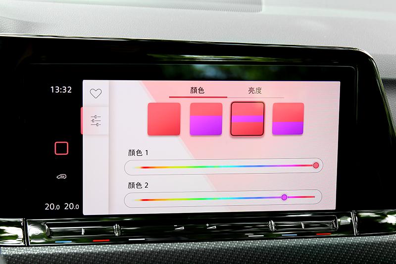 280車型有多達30色三層氣氛燈可調整。