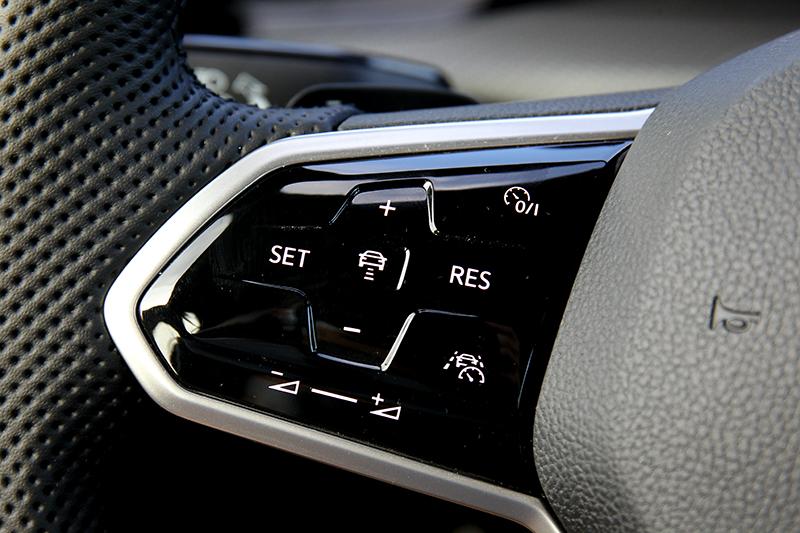 按下Travel Assist智慧車陣穿梭系統即可啟動ACC與車道維持。