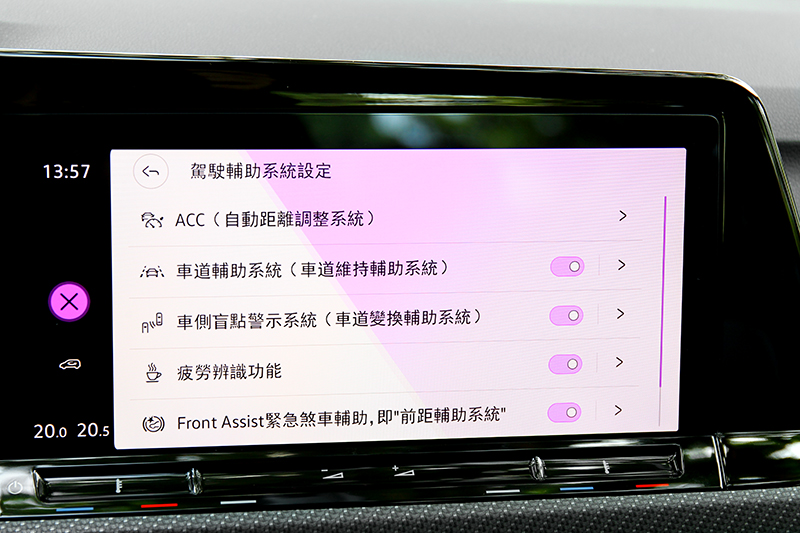 配備完善ACC主動式固定車距巡航、主動式車道修正、車道維持、後方橫向車流警示IQ.Drive系統。