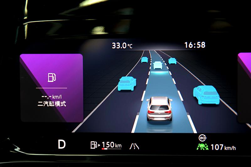 當啟動半自動駕駛儀表則會顯示道路虛擬實境,ACC也支援停車10秒內自動跟車功能,但實測靜止超過20秒仍能作動。