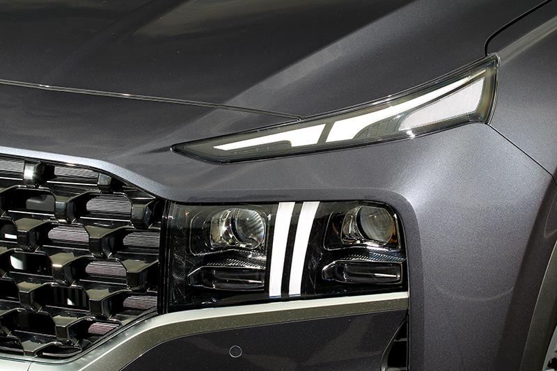 如爪痕的日行燈讓車頭神韻變得兇狠,頂規車型配備投射式LED頭燈。