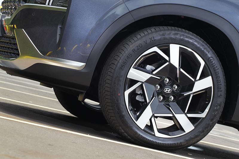 Santa Fe柴油從GLD-B車型就配備20吋輪圈。