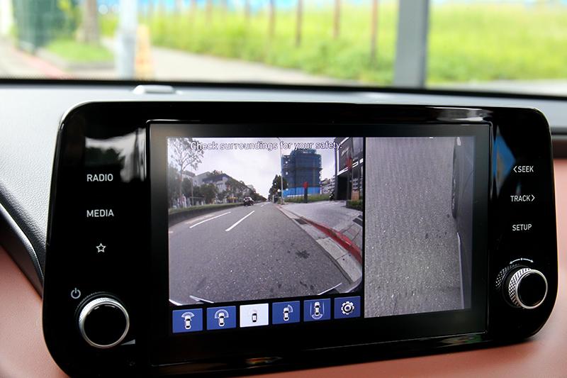 倒車影像也提供多種視角。