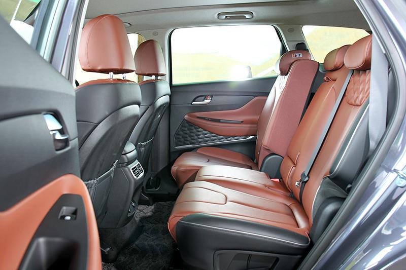 2,765mm軸距與座椅前後/椅背可調,第二排擁有相當寬敞舒適乘坐環境。