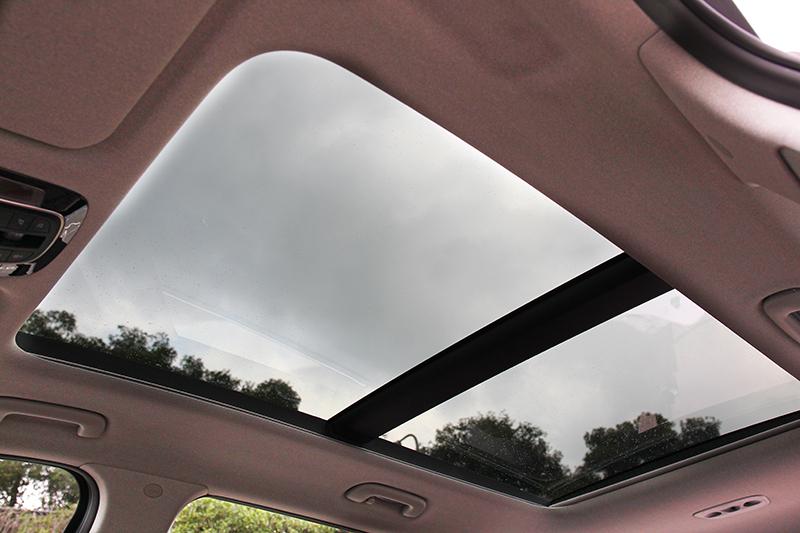 GLD-C頂規車型配備全景式天窗。
