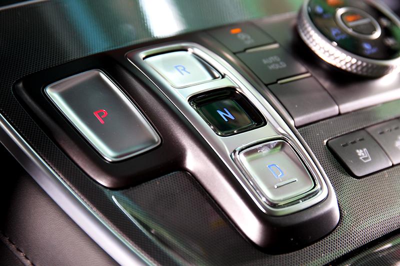 變速系統改為線傳式排擋及八速濕式自手排。