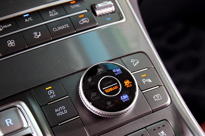 頂規車型搭載四輪驅動系統,提供Snow/Mud/Sand越野駕馭模式。