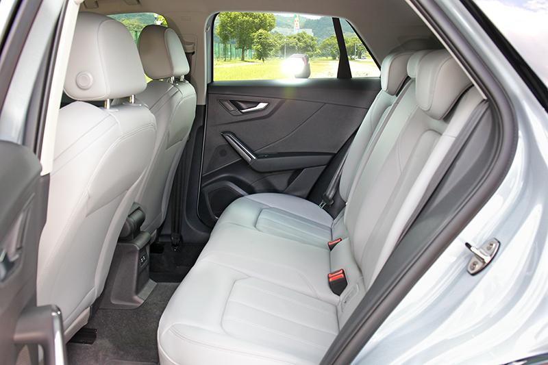 別奢望4,208mm車長與2,589mm軸距會有多寬廠後座,略挺的椅背與偏短坐墊,建議長途乘坐要適時下車休息。