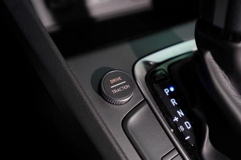 駕駛模式旋鈕也整合了循跡模式,透過按壓的方式可在兩種功能間自由切換