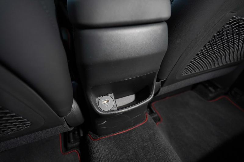 雖然無後座空調出風口,不過有一組USB充電口供後方乘客使用