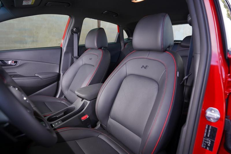 座椅包覆性及支撐性不錯,並以紅色縫線營造出熱血氛圍