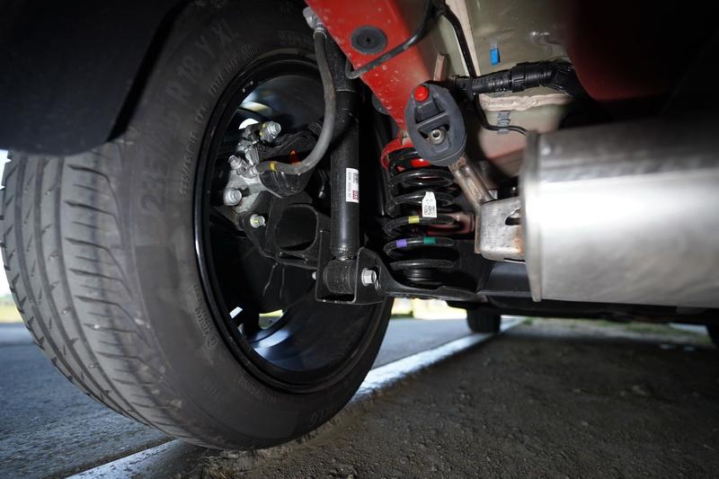 小改款沒有延續之前高階車型配置多連桿後懸吊的傳統,這次後軸配置的是扭力樑結構