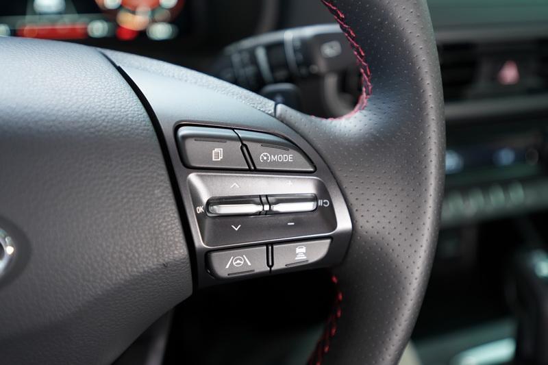 方向盤右側為SCC智慧型主動車距維持及LFA全速域車道維持輔助的操作按鍵