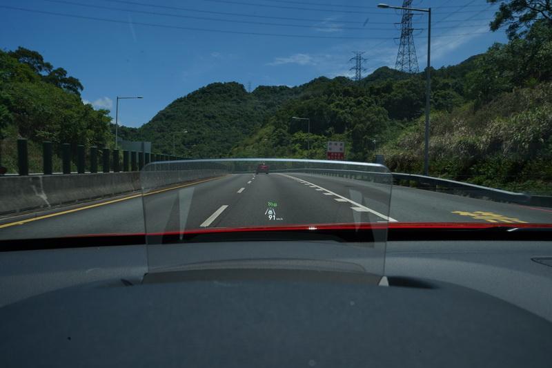 同時在HUD抬頭顯示器上也會有目前設定的車速及車距等相關圖示