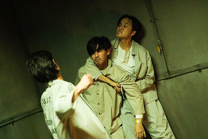 【車勢星聞】《逆局》周渝民(中)在看守所中遭到夏騰宏(左)瘋狂霸凌痛毆到頭破血流。(圖:愛奇藝國際站提供)※戲劇效果請勿模仿※