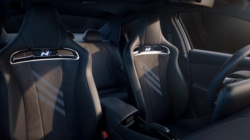 為符合性能車身分Elantra N配置跑車座椅。