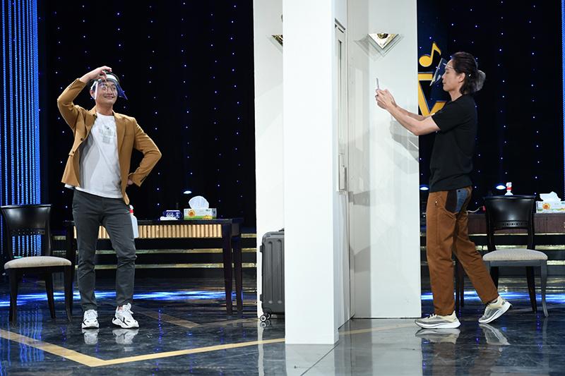 【車勢星聞】《黃金年代》中的單元「黃金廣播劇」請到林佑星一同演「防疫旅館」的劇情。(圖:華視提供)