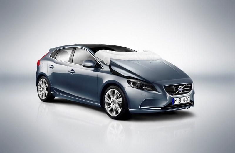 Volvo於2012年替V40配備行人防護氣囊。