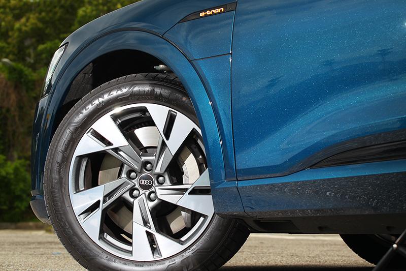 不同於e-tron Sportback e-tron車型輪圈尺寸皆為20吋。