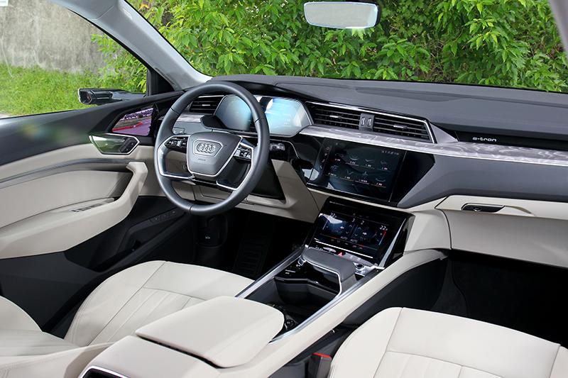 e-tron座艙配置三螢幕營造出科技氛圍。