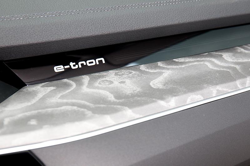 相較於其它電動車e-tron也有顧及座艙質感。